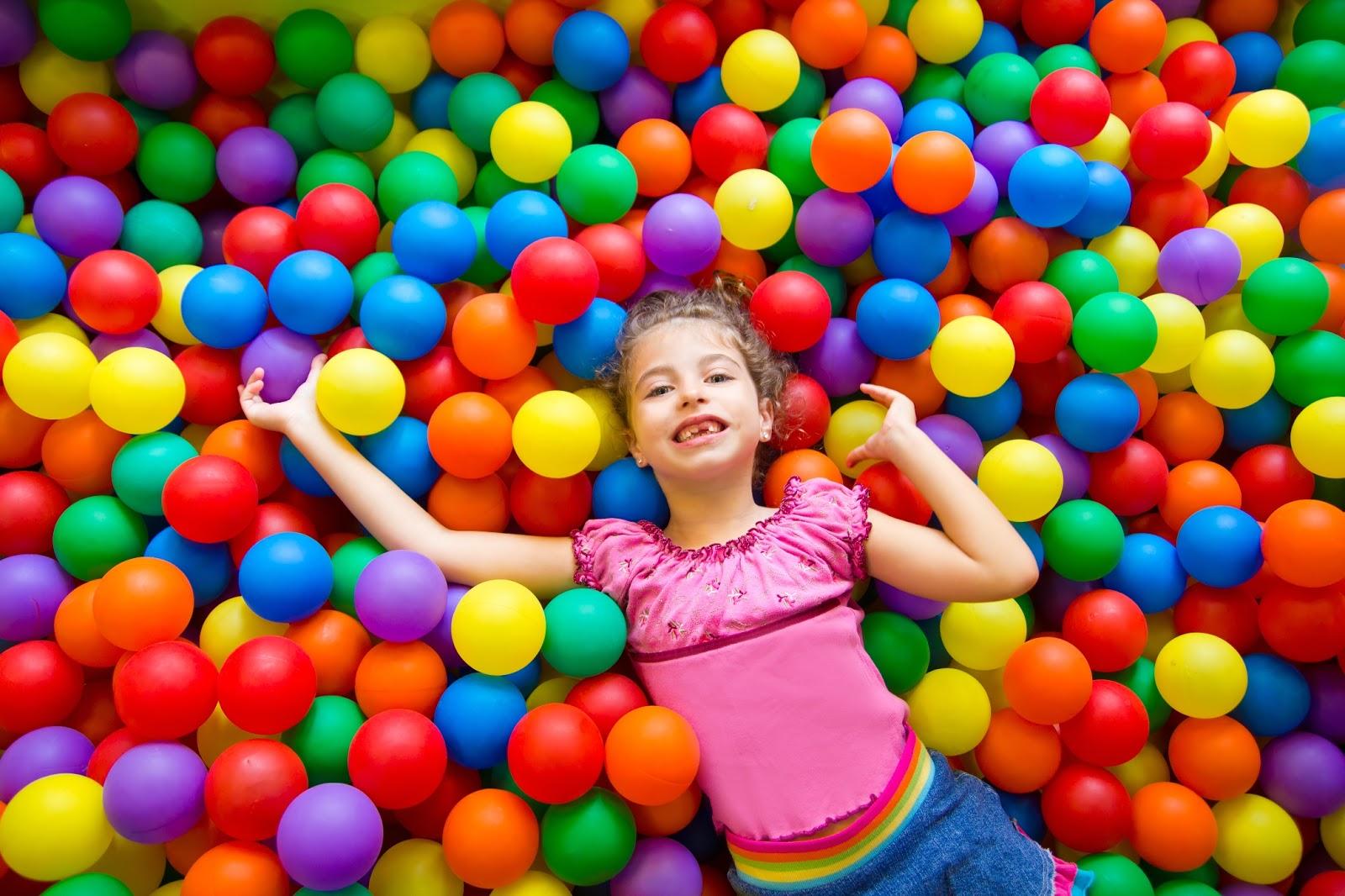 Девочка в шариках для бассейна