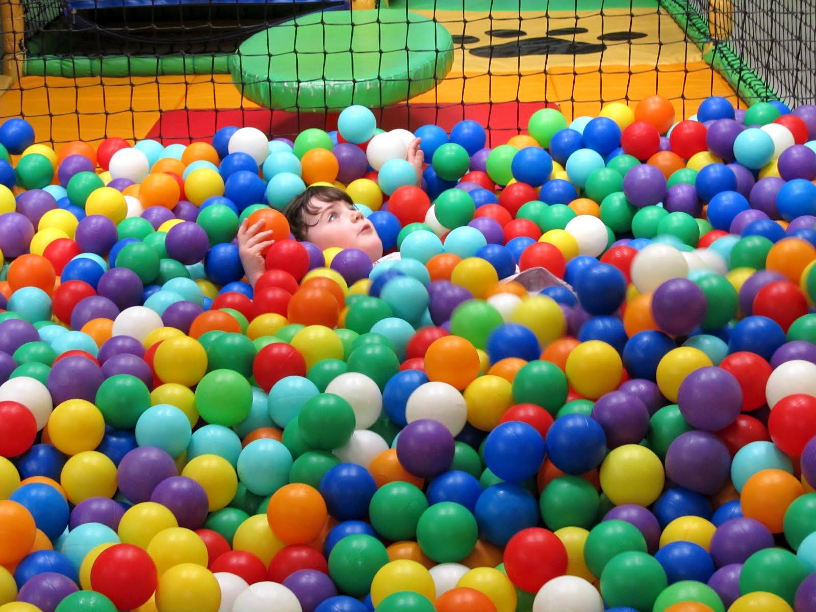 Ребенок играет в шариках для бассейна