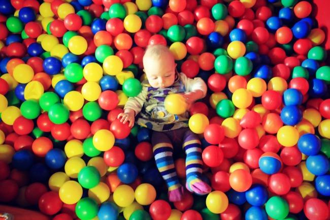 Ребенок в шариках для бассейна
