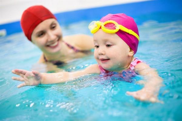 Занятие матери и ребенка в бассейне