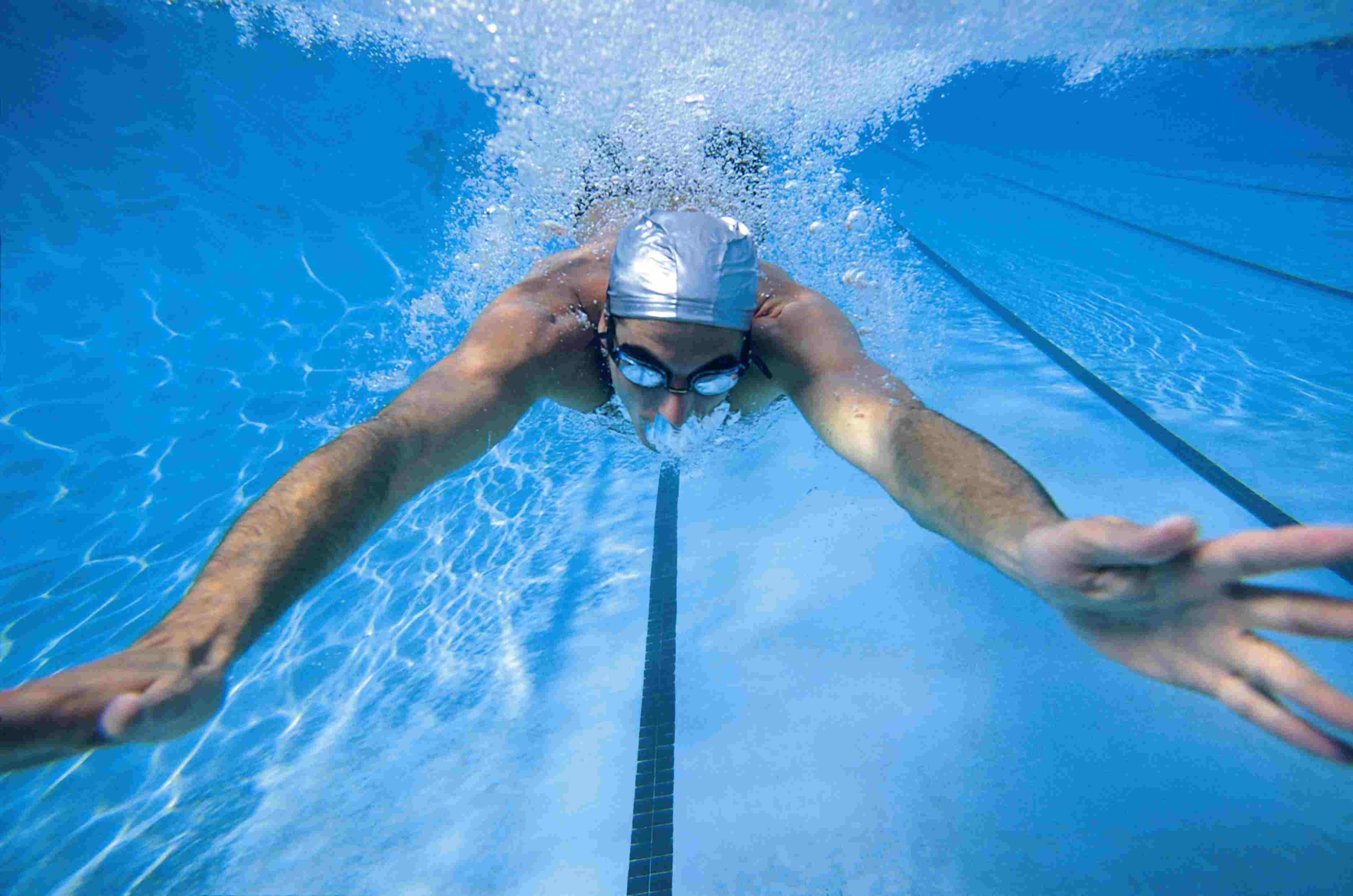 Занятие спортом в бассейне