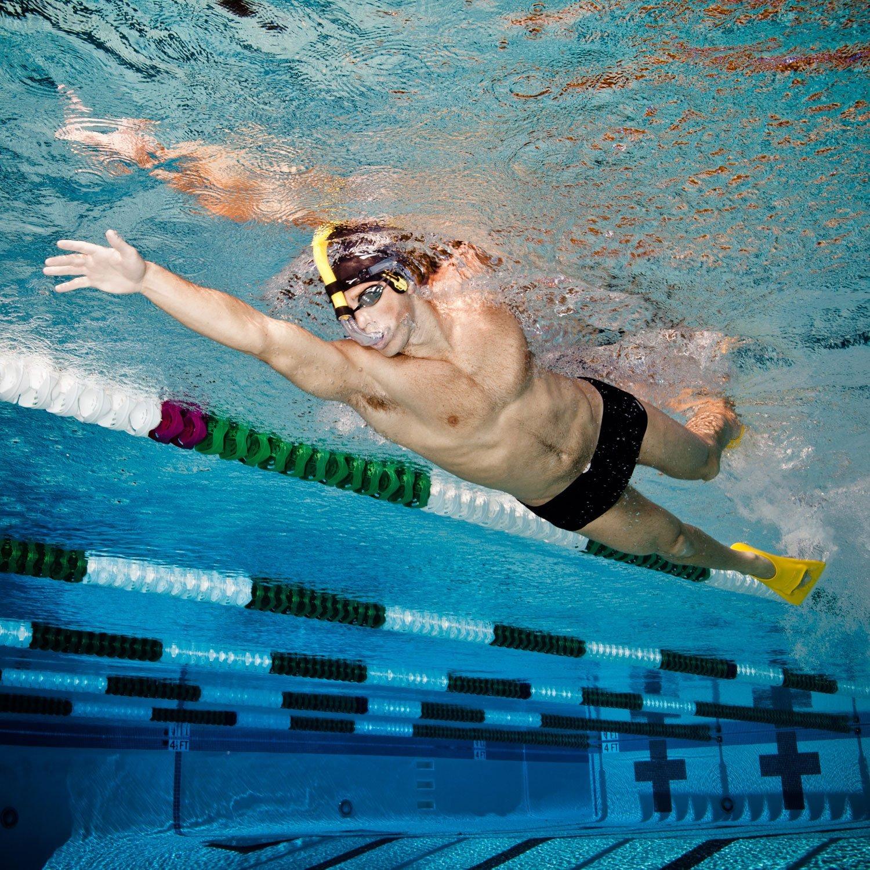 Спортсмен плавает в бассейне