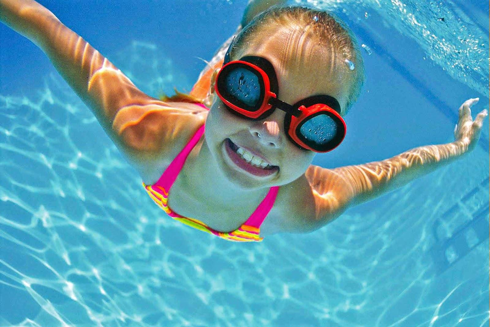 Ребенок занимается в бассейне