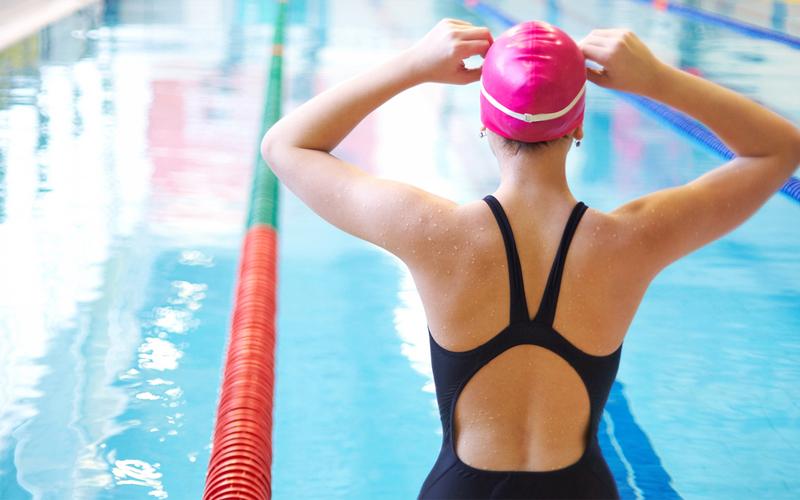 Девушка занимается в бассейне