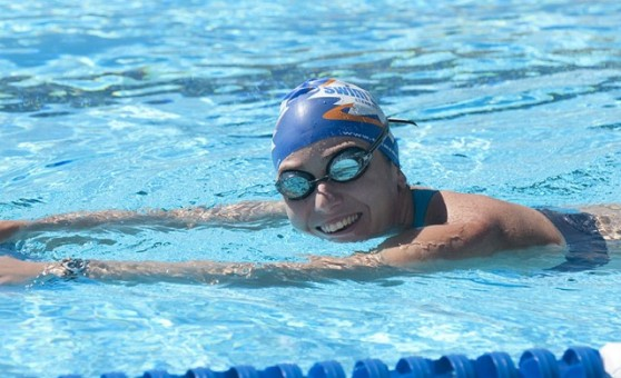 Плавание по дорожке в бассейне