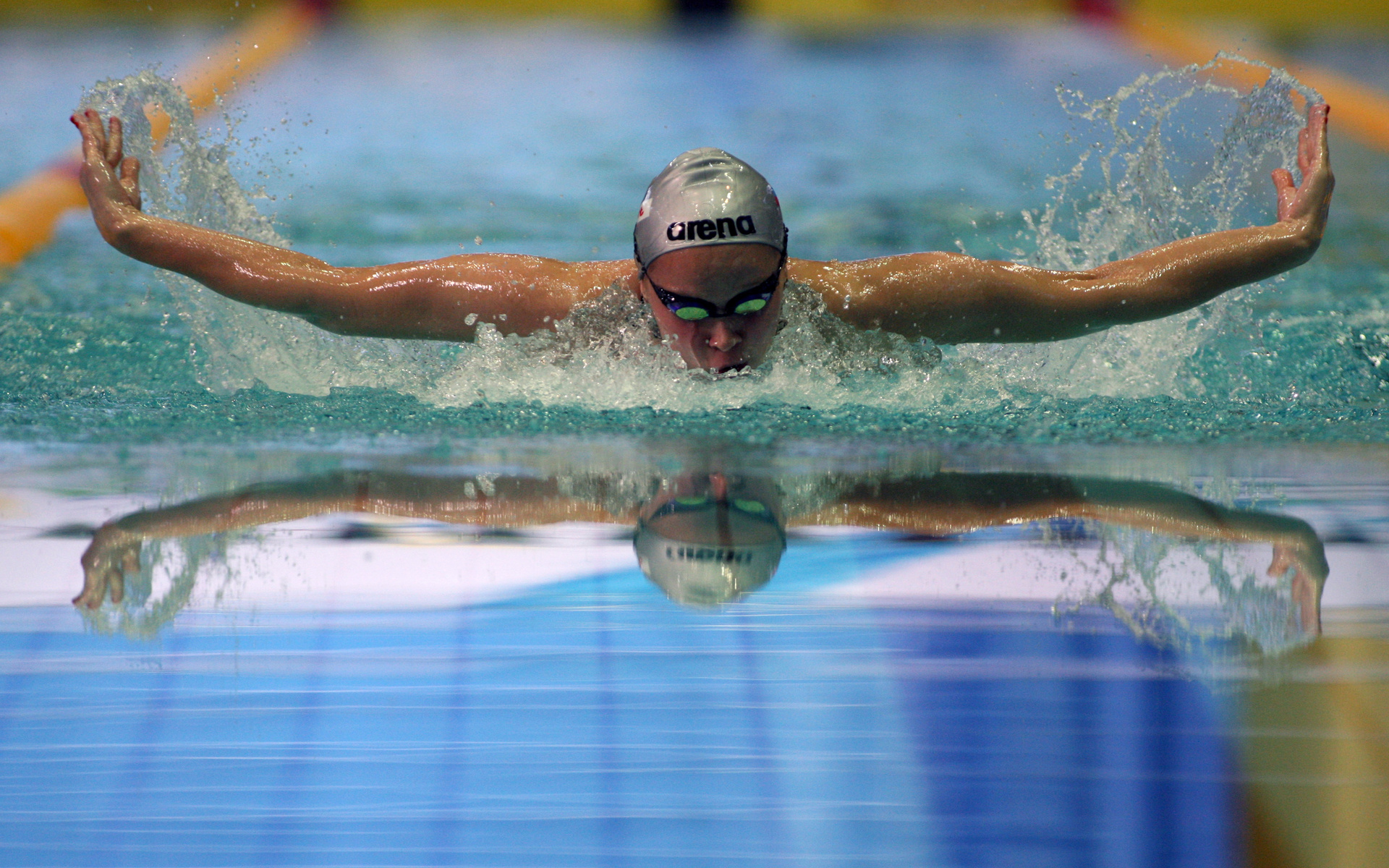 Пловец занимается в бассейне