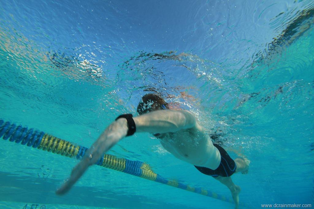 Спортсмен занимается плаванием с водонепроницаемыми часами