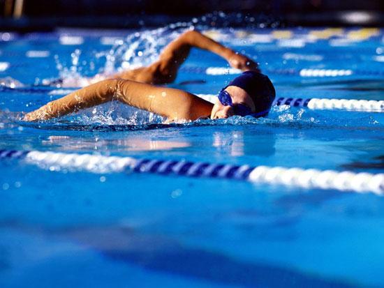 Пловчиха занимается в бассейне