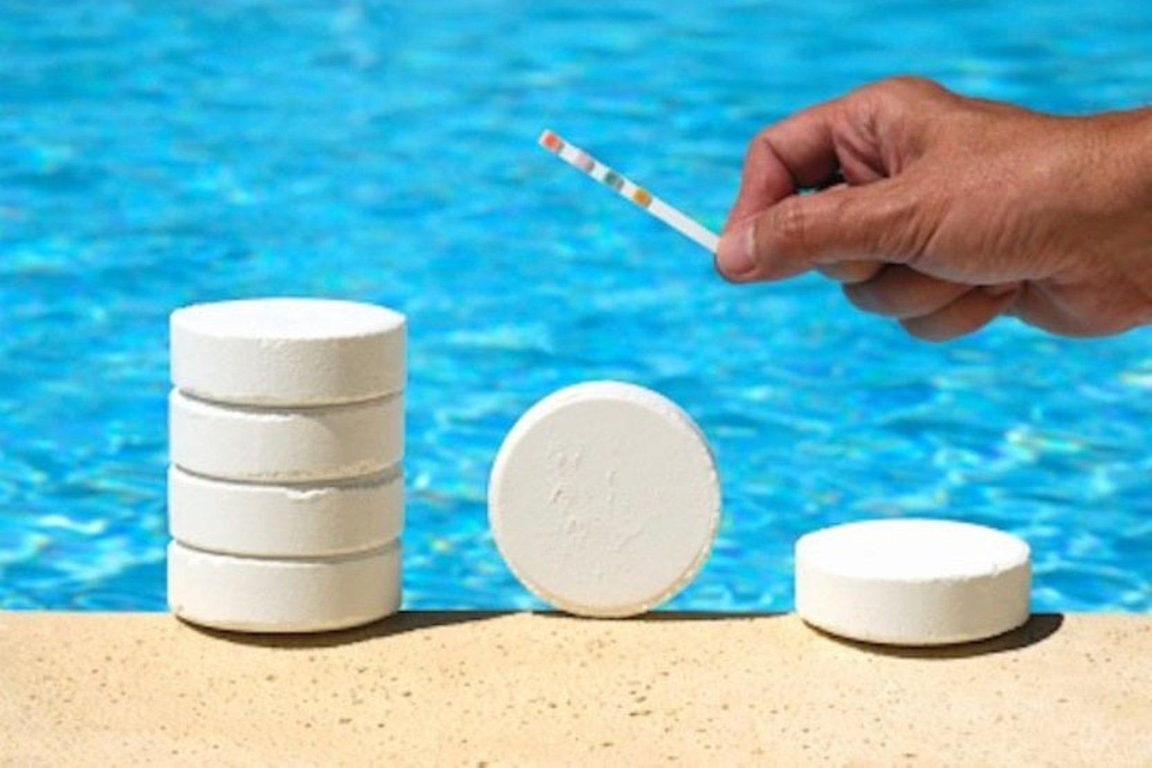 Хлор в таблетках на фоне бассейна