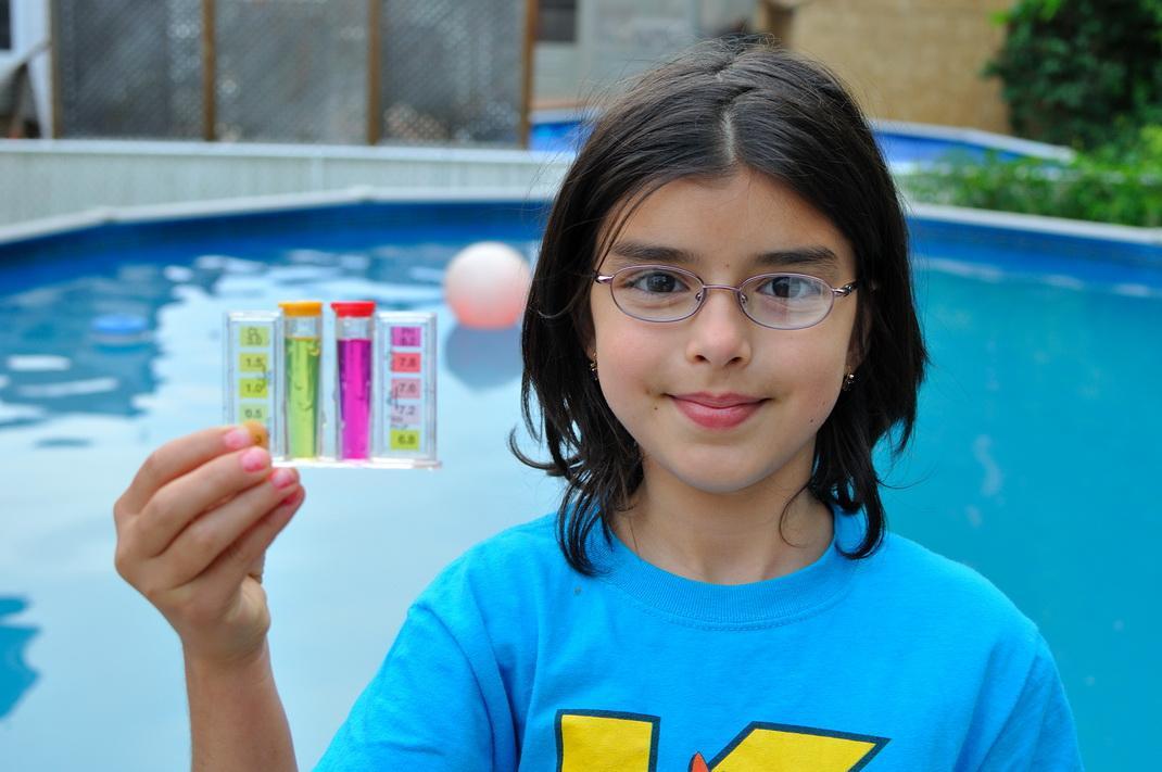 Девочка проверяет уровень хлора в бассейне
