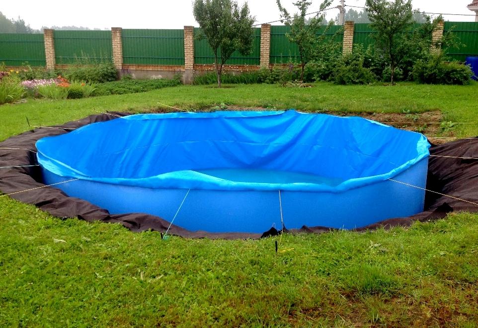 Бассейн из синей пленки на даче