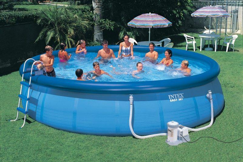 Люди в большом надувном бассейне