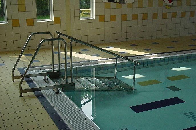 Лестница с пологим входом в воду