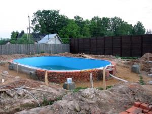 Построить бассейн своими руками несложно, фото