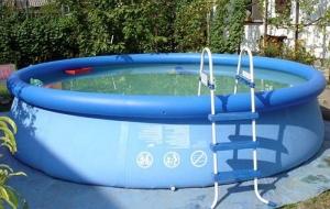 Круглый бассейн с лесенкой