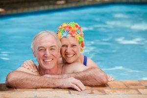 Пожилая пара в бассейне