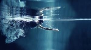 Ныряние в бассейне