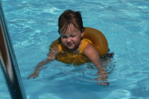 Ребенок плавает в бассейне физкультурно-оздоровительного комплекса «Ника»