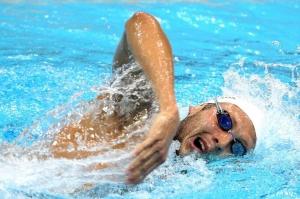 Спортсмен плывет кролем на груди