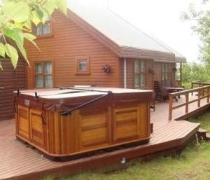 Бассейн с деревянной крышкой