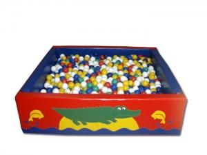 Квадратный бассейн с шариками