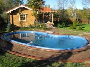 Бассейн во дворе загородного дома