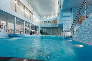 Просторный бассейн
