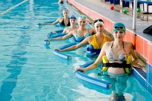 Занятия в плавательном бассейне, фото