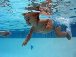Занятия в бассейне для грудничков