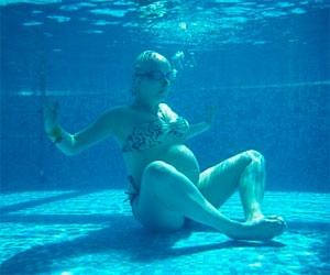 Женщина под водой