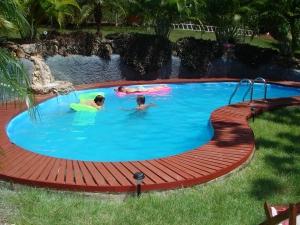 Дачный бассейн летом