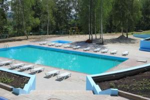 Открытый бассейн в загородном спортивном клубе