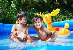 видео детки в бассейне