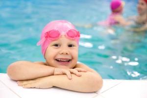 Ребенок в плавательной шапочке