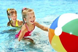 Игры с мячом в бассейне